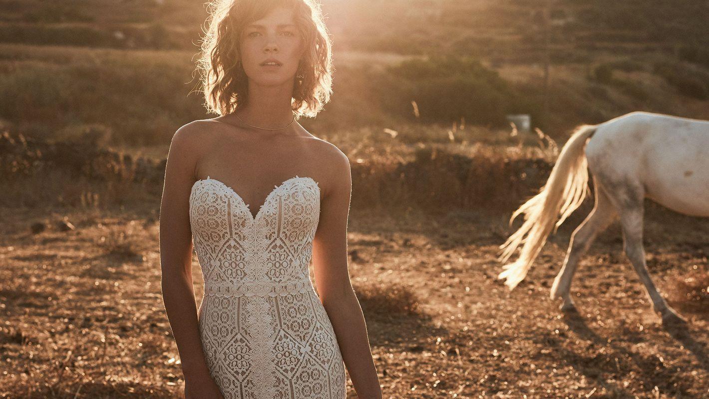 - Model 6513: Koronkowa suknia trąbka z wzorami geometrycznymi z centralnym rozporkiem