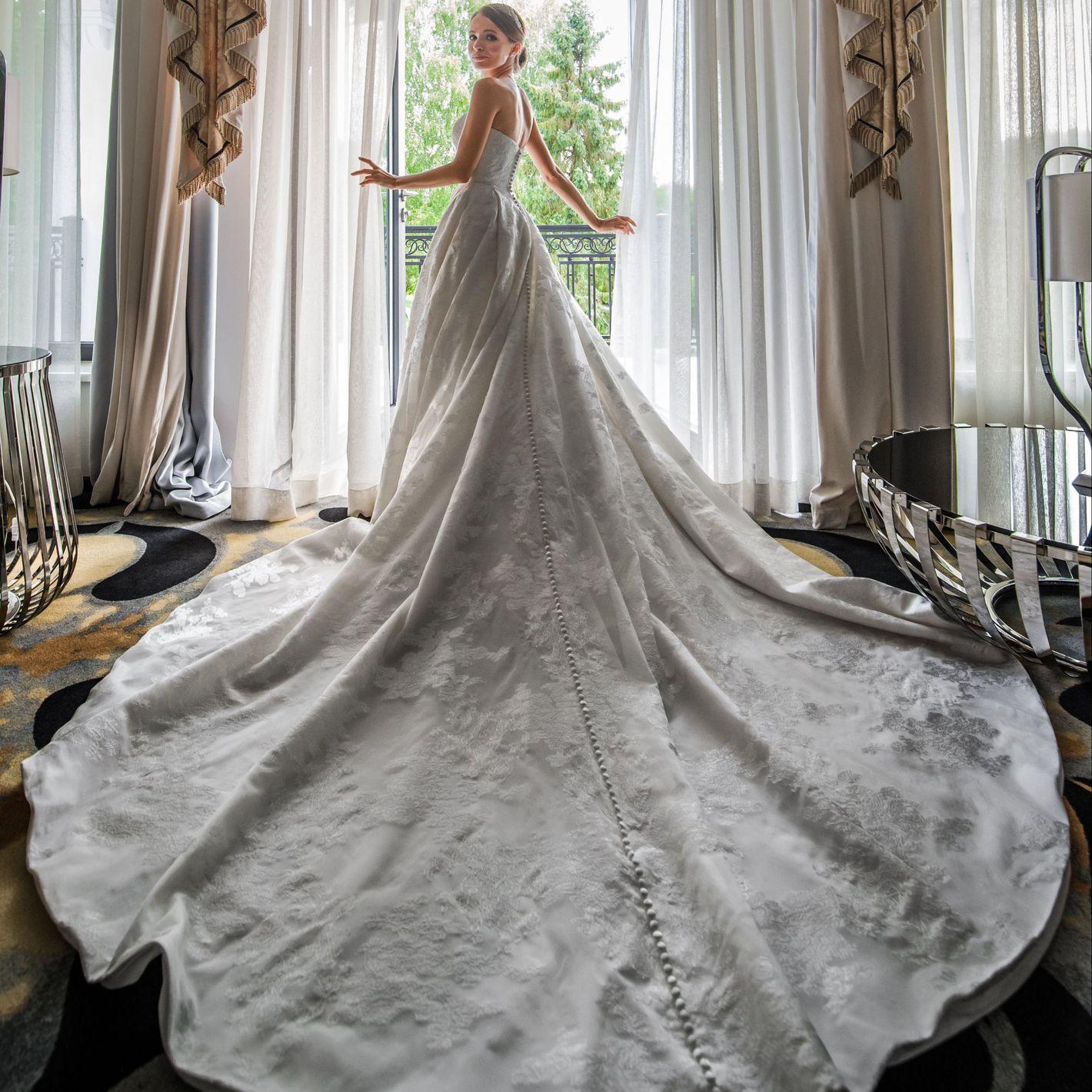 - Stile 9858: Abito da sposa in stile principessa in organza, completamente rivestito di applicazioni in pizzo e strascico regale