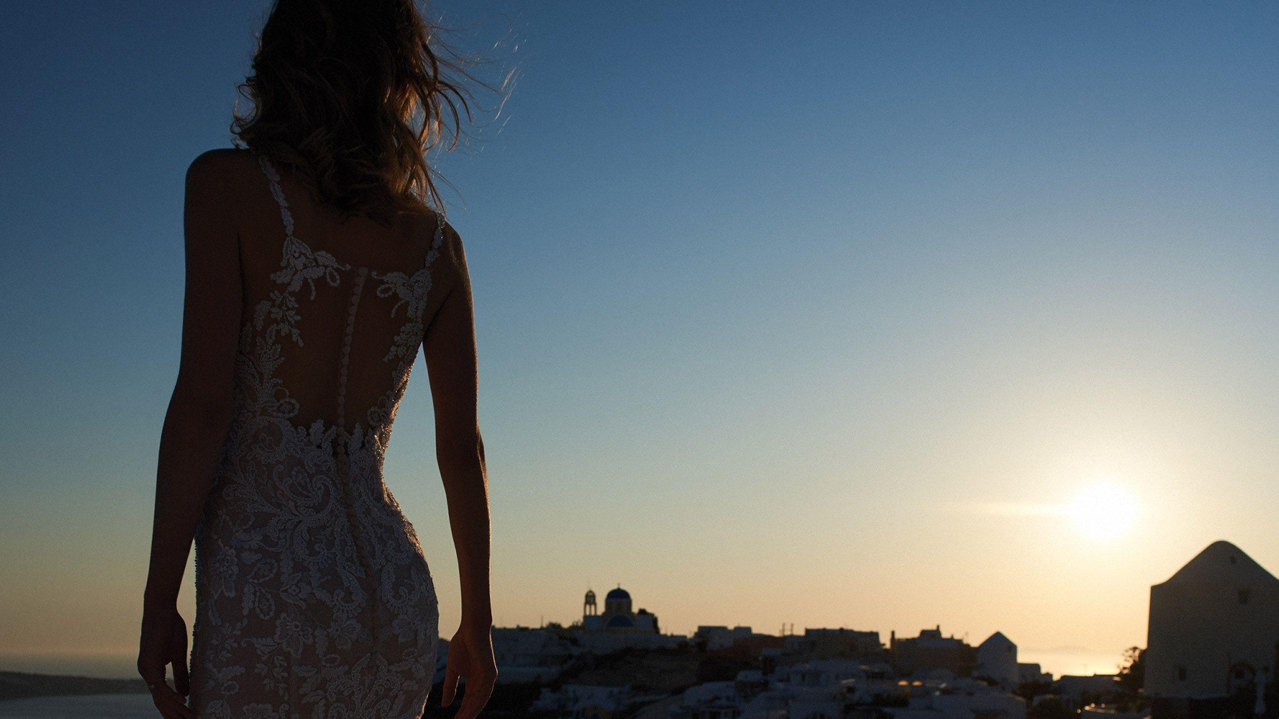 - Model 8960: Suknia trąbka z aplikacją z koronki wysadzana koralikami i wycięciem na plecach