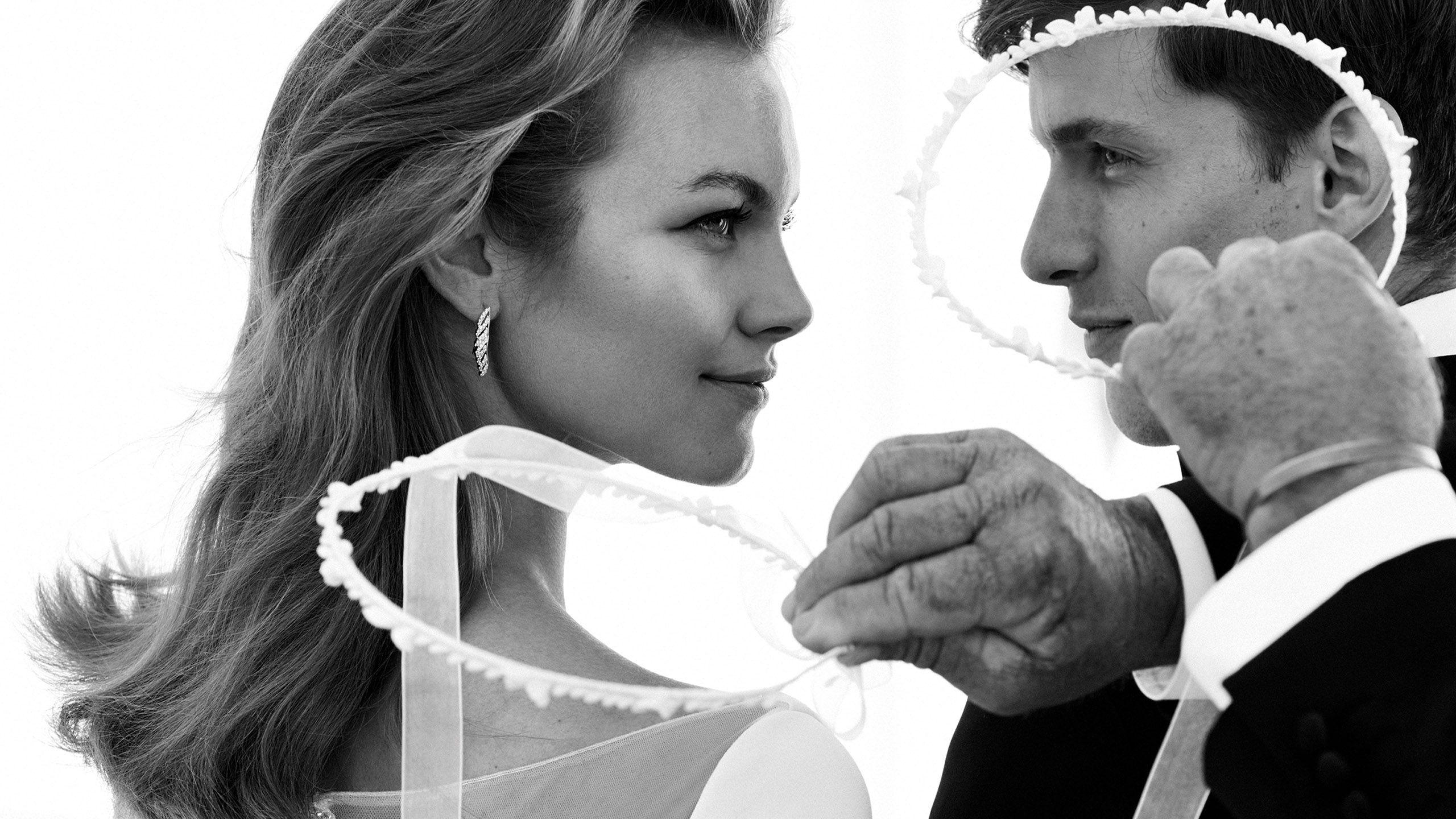 - Style 8936: Robe de mariée à manches longues en crêpe avec dos illusion brodé de perles