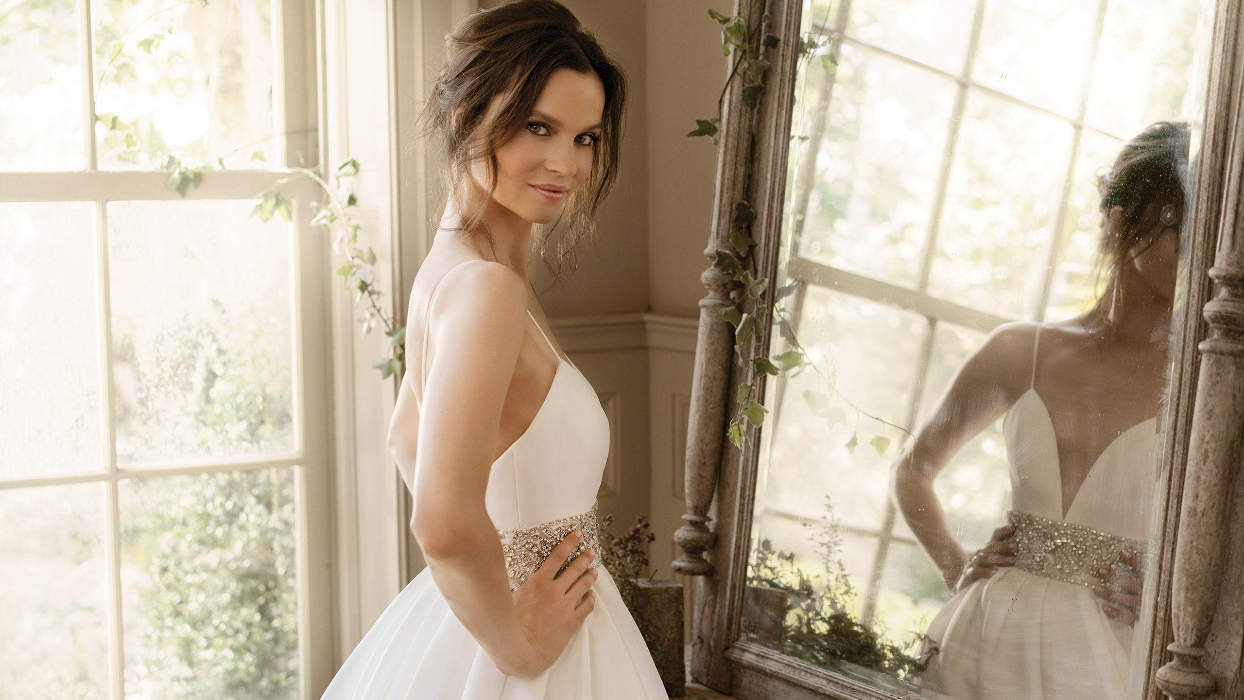 - Model 9878: Plisowana suknia princeska z pasem wysadzanym koralikami