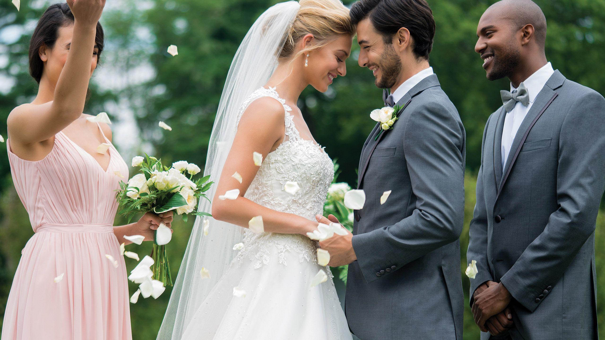 - Stile 4009: Abito da sposa in tulle e pizzo ricamato con decorazioni di perline a cascata