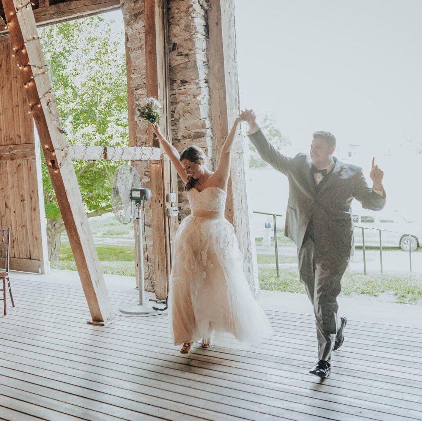- Stile 6461: Abito da sposa con scollatura a cuore con applicazioni in pizzo decorate con lustrini e perline