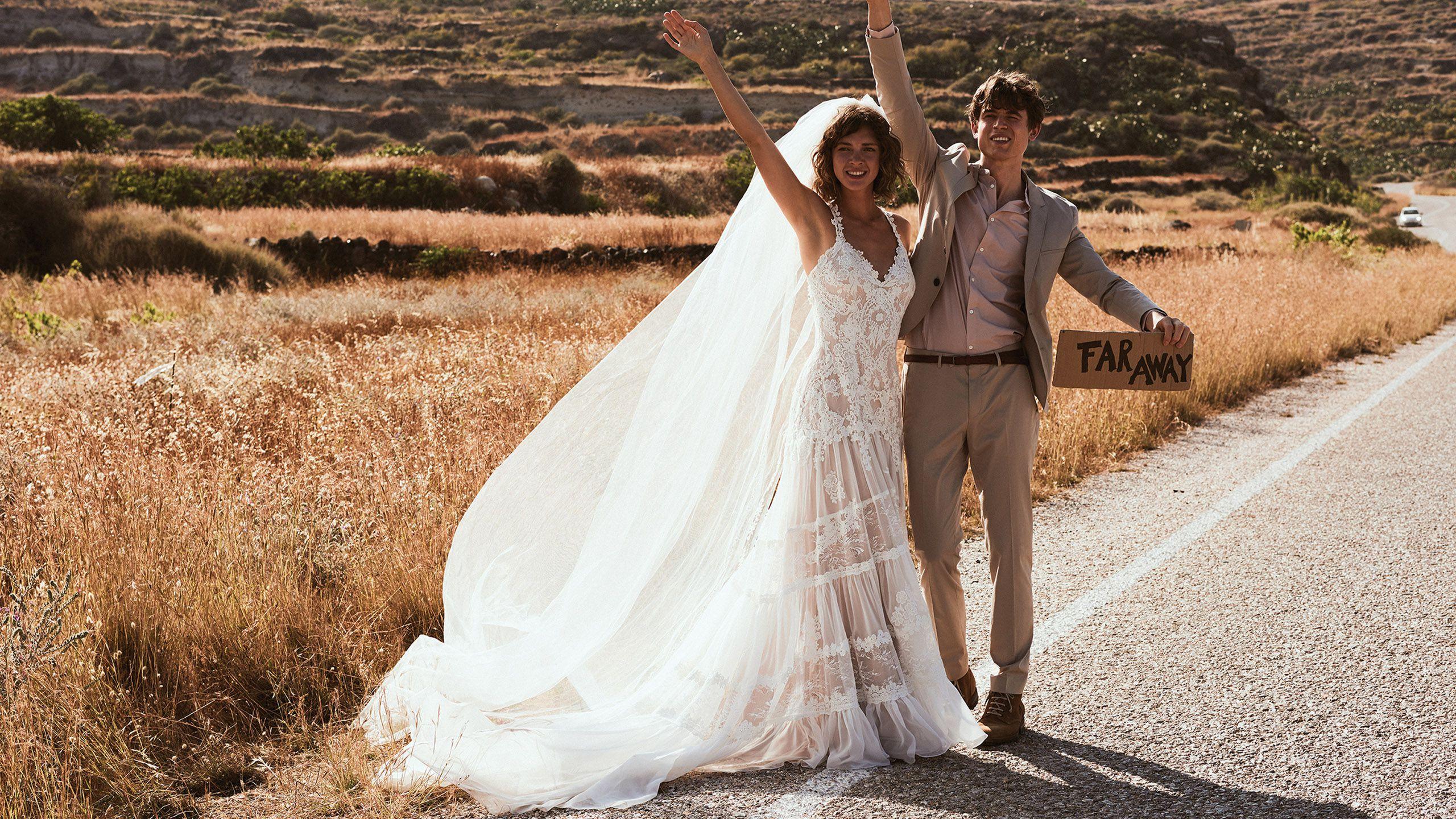 - Модель 6491: Платье из кружева шантильи и шифона с многоярусной юбкой и скрещенными на спине бретелями