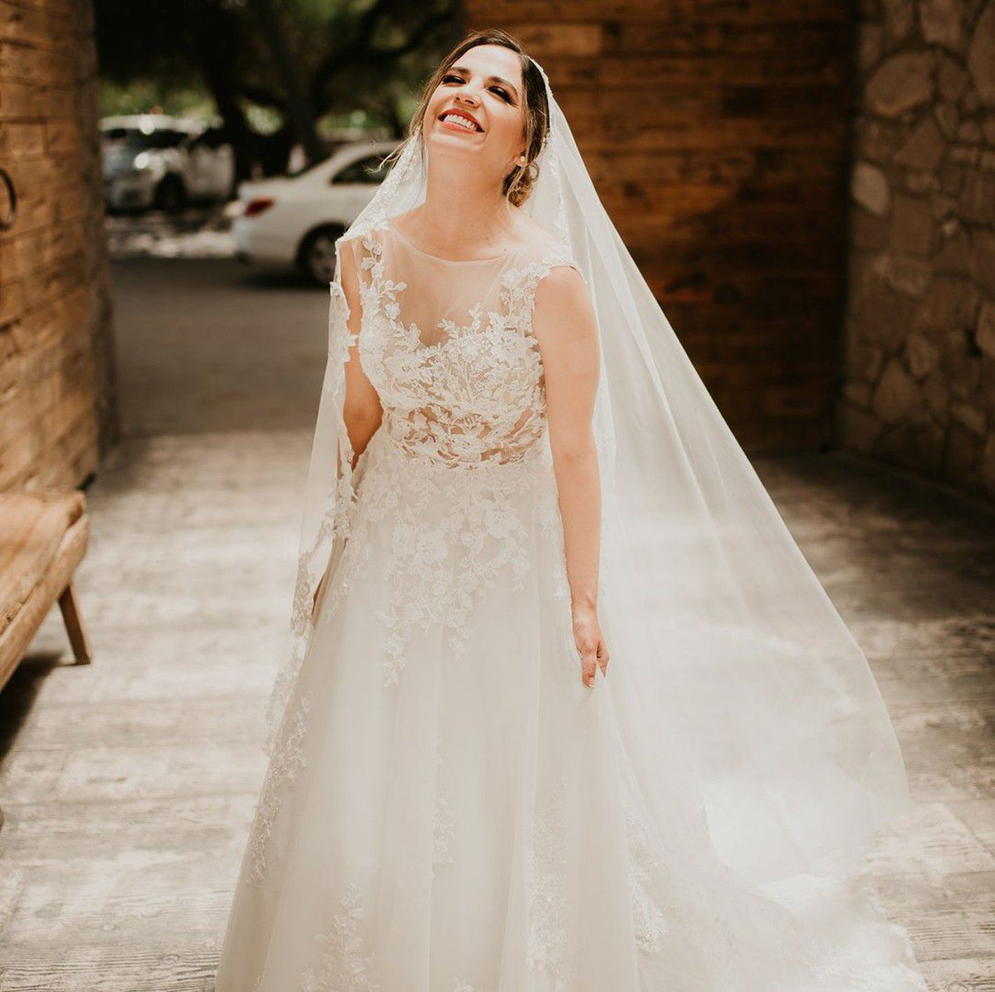 - Stile 66024: Abito da sposa svasato trasparente con applicazioni in pizzo