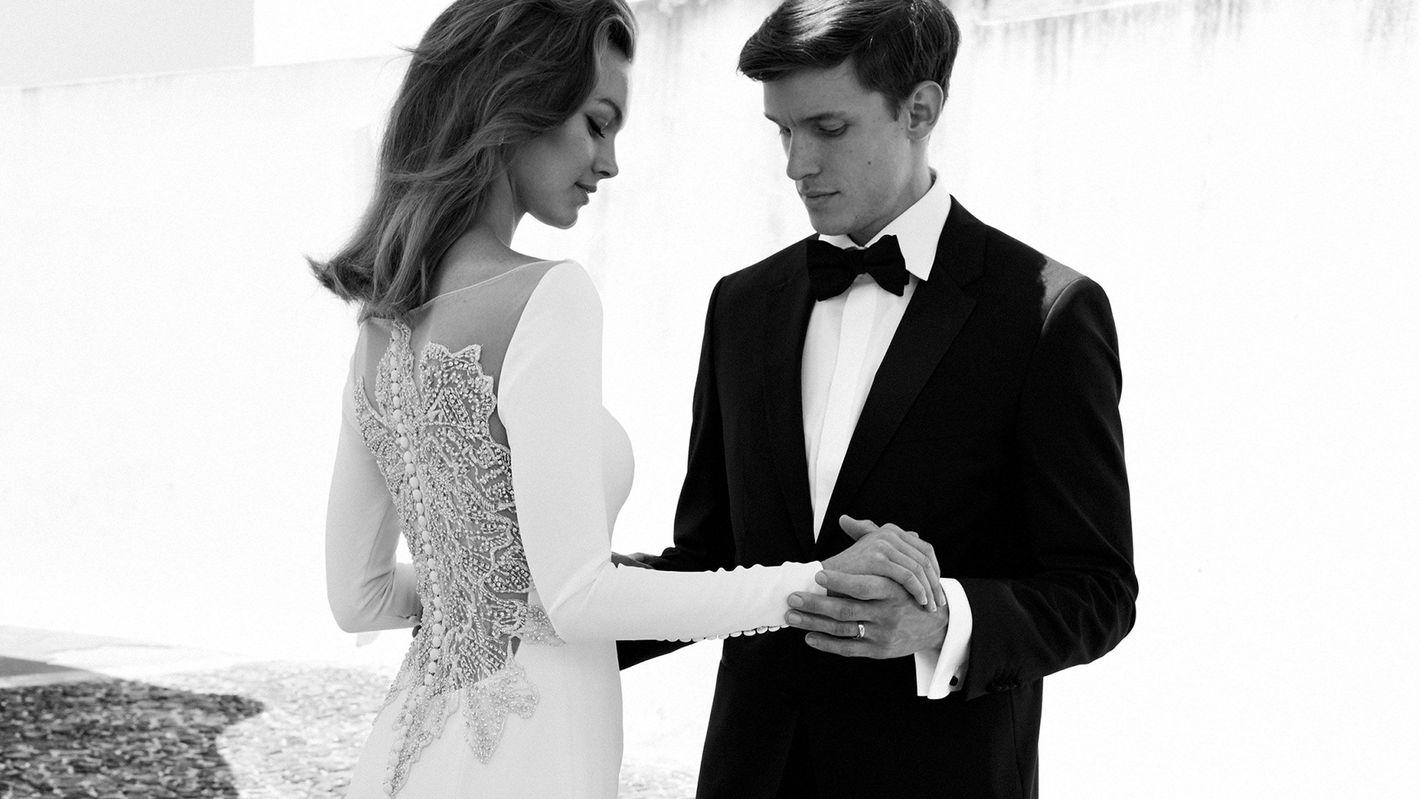 - Stil 8936: Brautkleid mit langen Ärmeln, Krepp, mit durchsichtigem Rücken und mit Perlen verziert