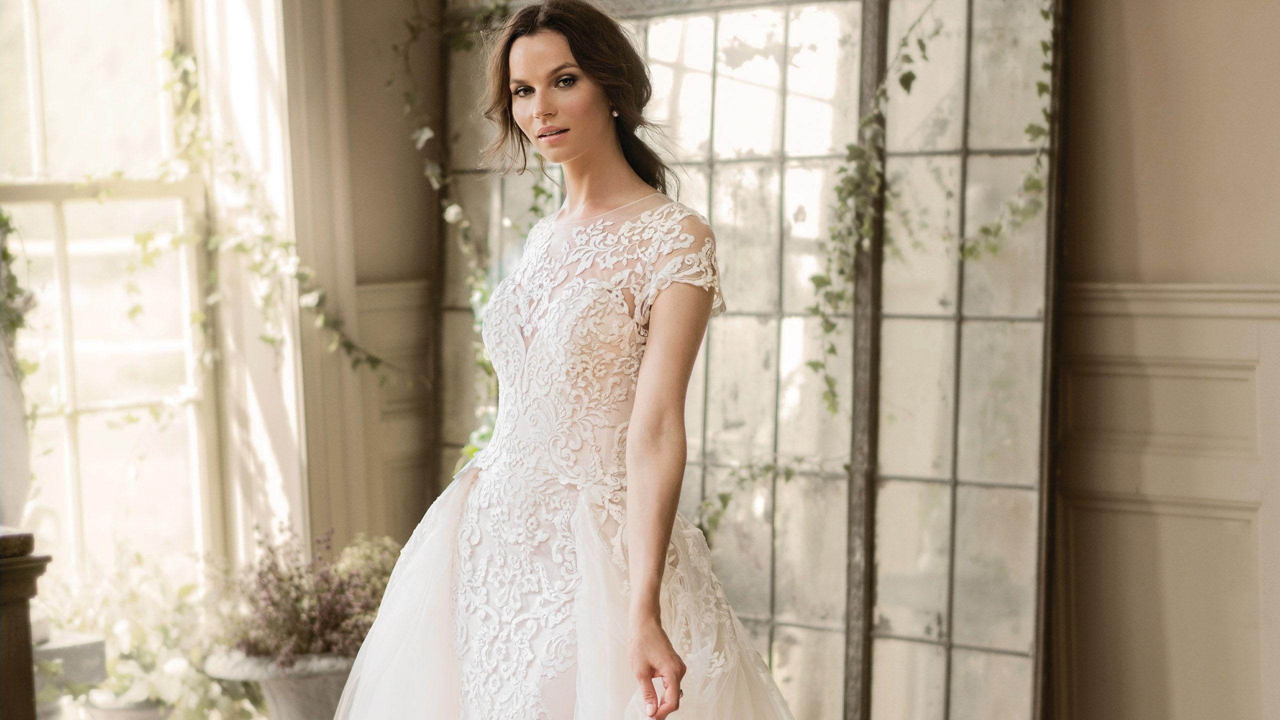 - Stil 9899: Etui-Kleid mit voluminöser, abnehmbarer Schleppe
