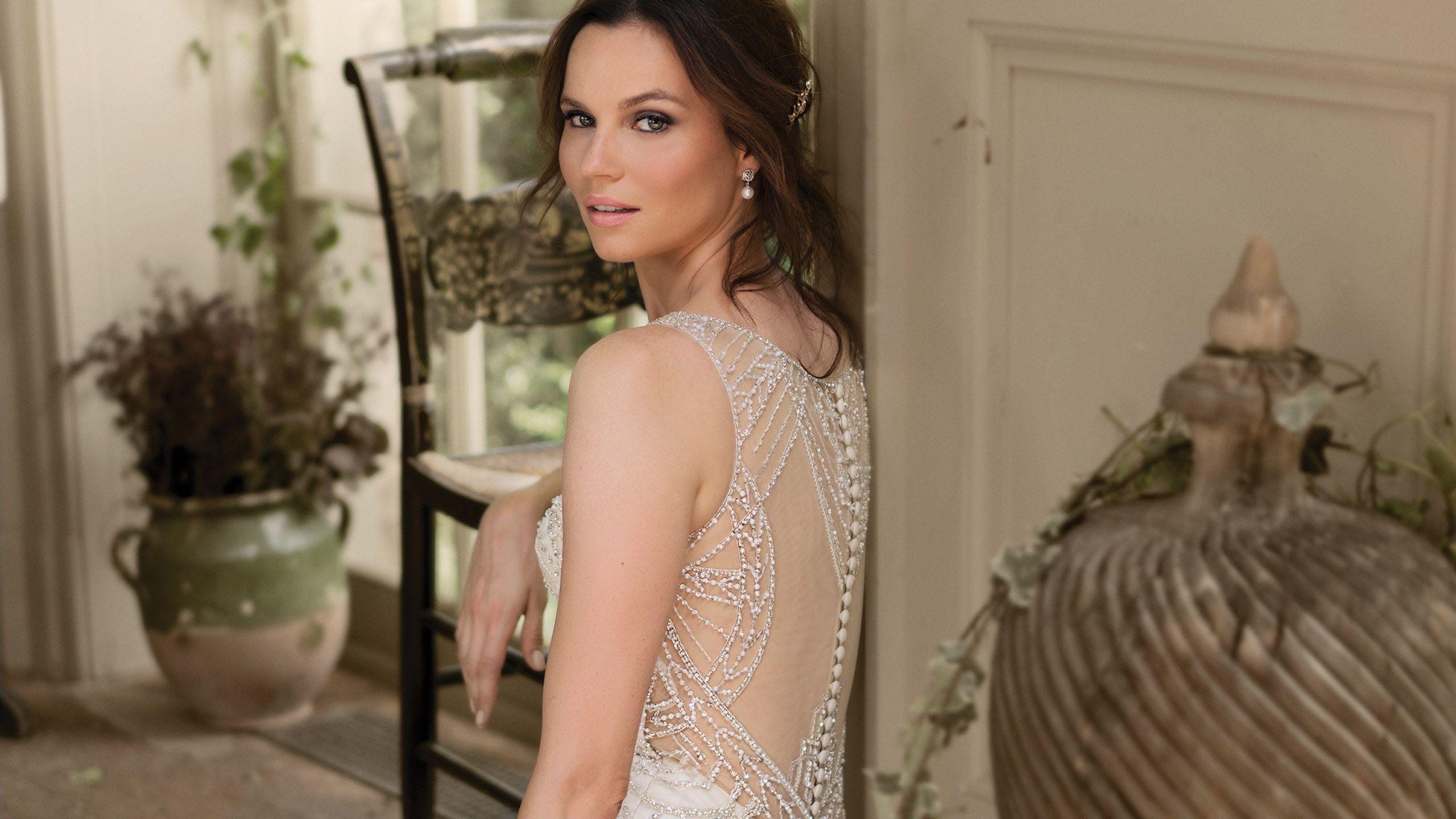 - Model 9897: Suknia syrenka wysadzana koralikami z przezroczystymi plecami w stylu Art Deco