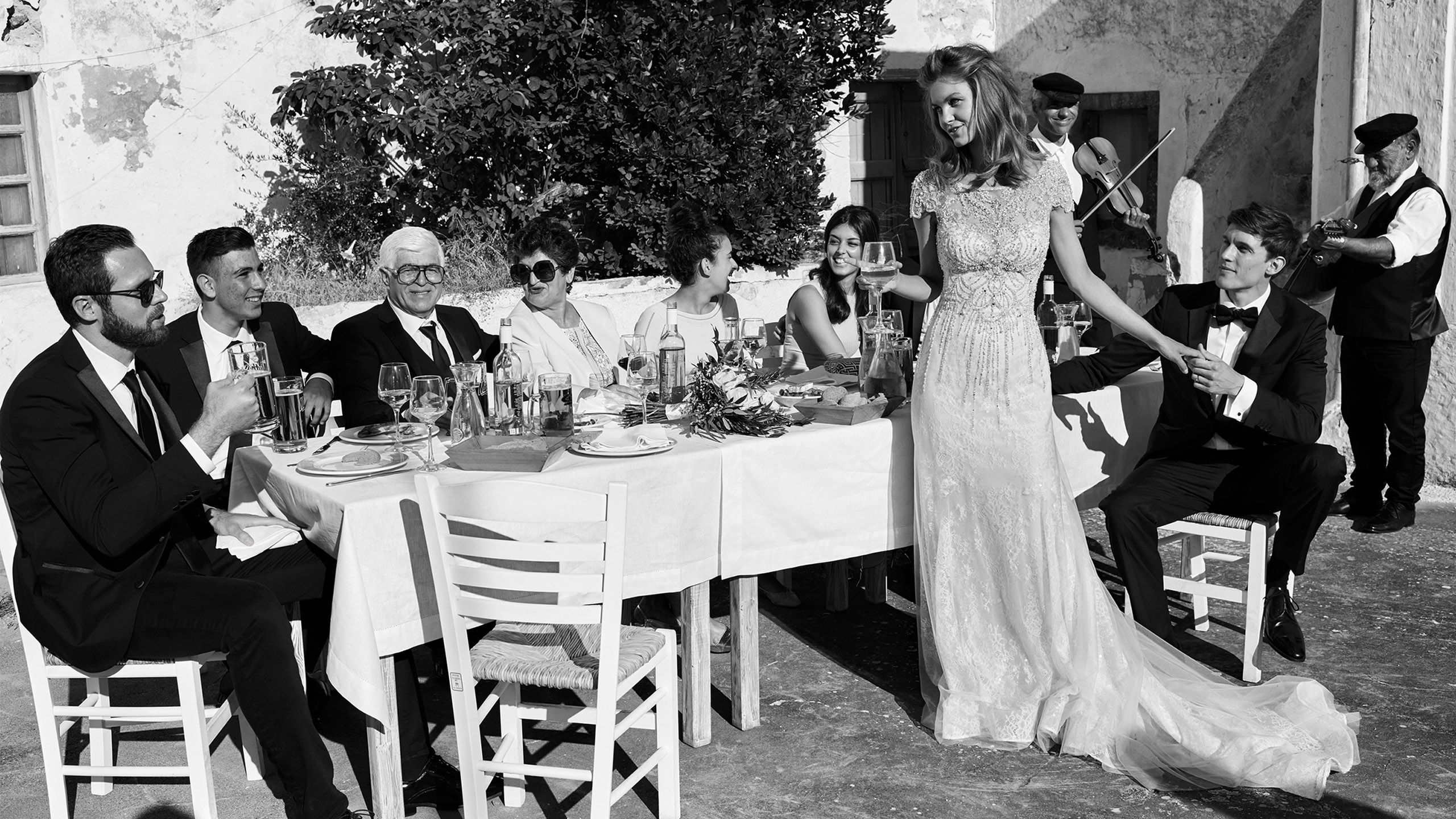 - Stil 8958: Etui-Kleid aus Tüll vollständig mit Perlen besetzt, Flügelärmeln