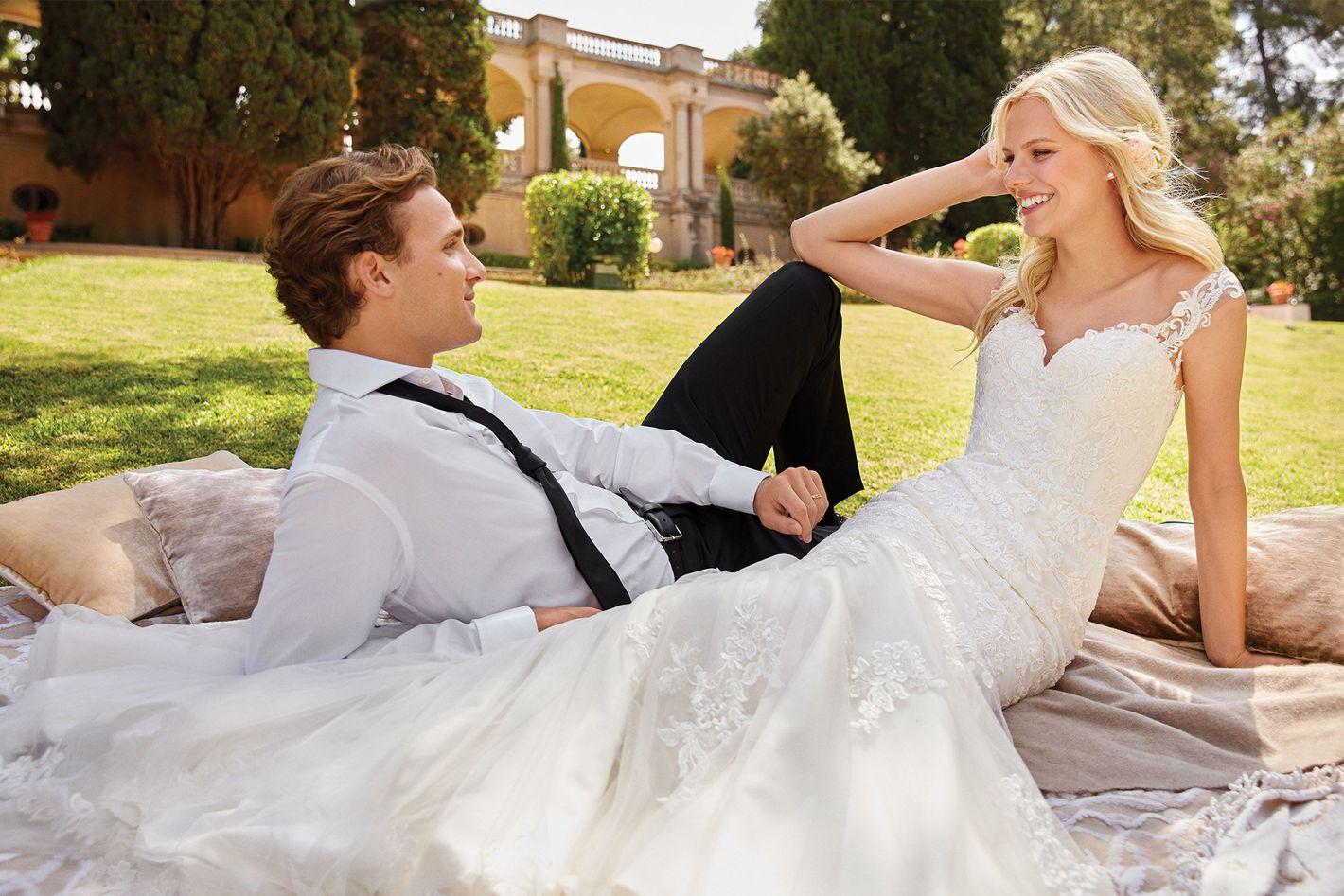 Sincerity Bridal - Model 44054: Suknia trąbka z dekoltem V i przezroczystymi plecami zdobionymi koronką