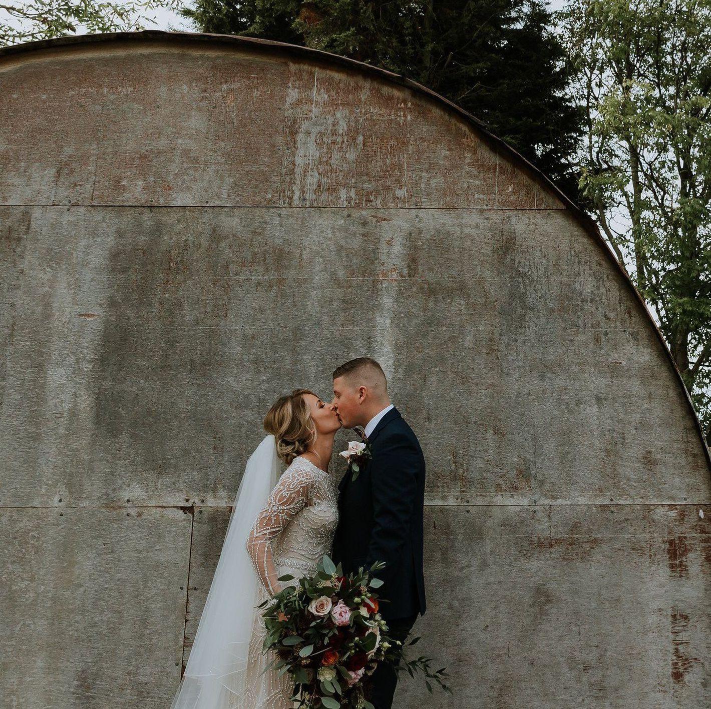 - Stile 9894: Abito da sposa svasato interamente decorato con perline e dalla profonda scollatura a V