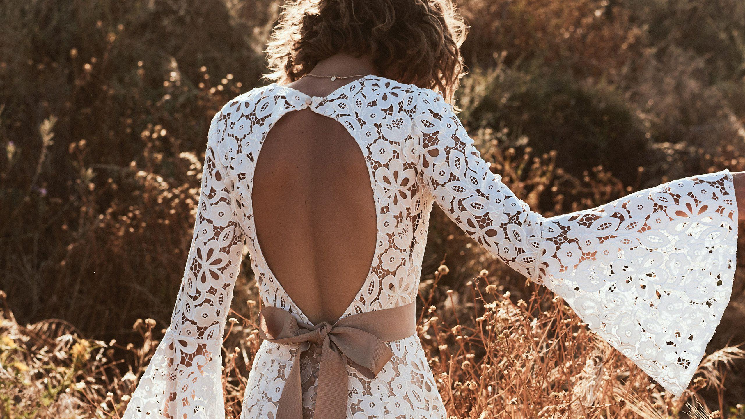 """- Модель 6509: Платье с глубоким треугольным вырезом на груди и рукавами """"колокол"""""""