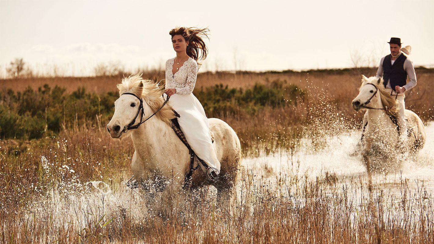 - Style 66150: Robe trapèze à manches longues en mousseline avec décolleté lacé et pompons