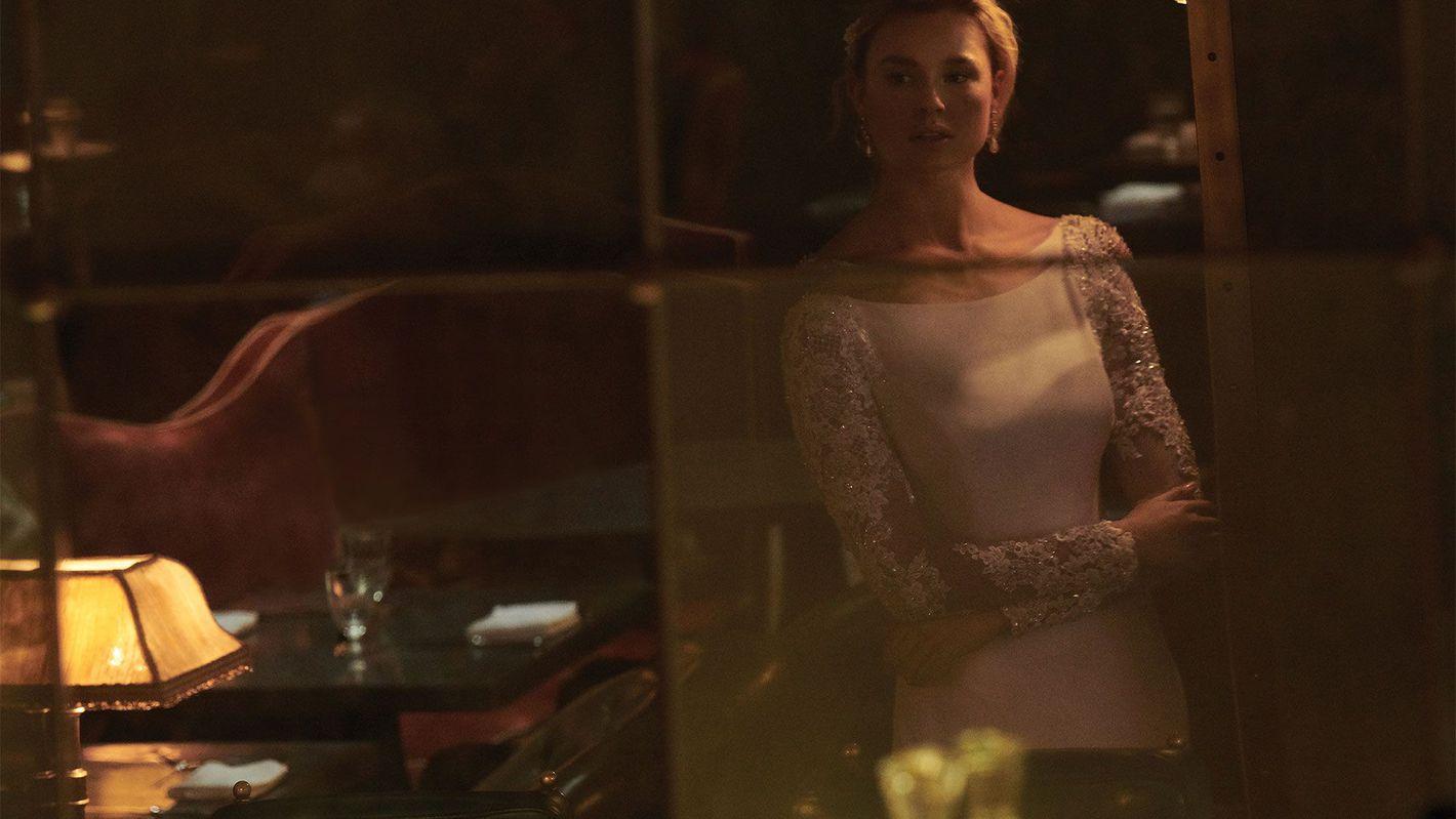 - Model 99150: Suknia w trąbkę z krepy ze stretchem z długimi rękawami i przezroczystymi plecami