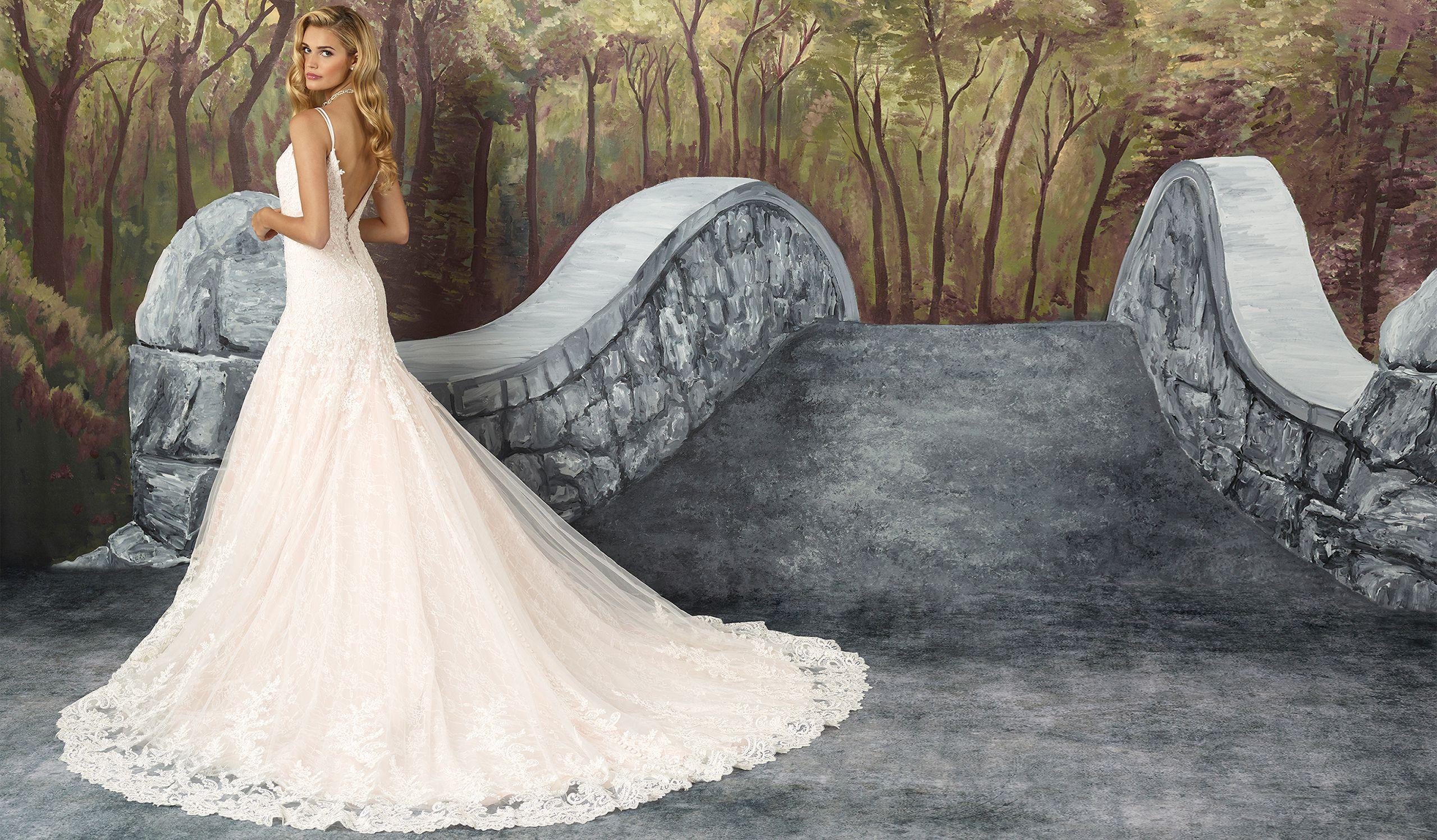 - Модель 8911: Платье А-силуэта с треугольным вырезом на груди из узорного кружева шантильи