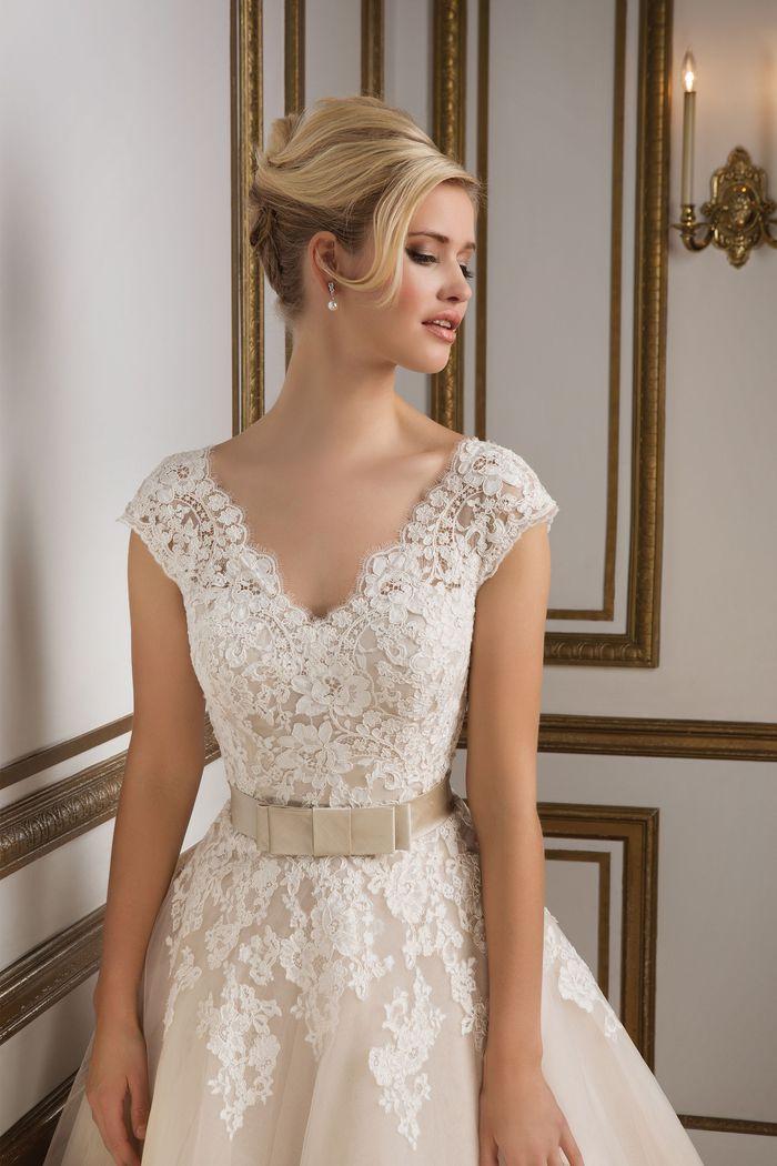 Style 8815: Robe de mariée mi-mollet d'inspiration