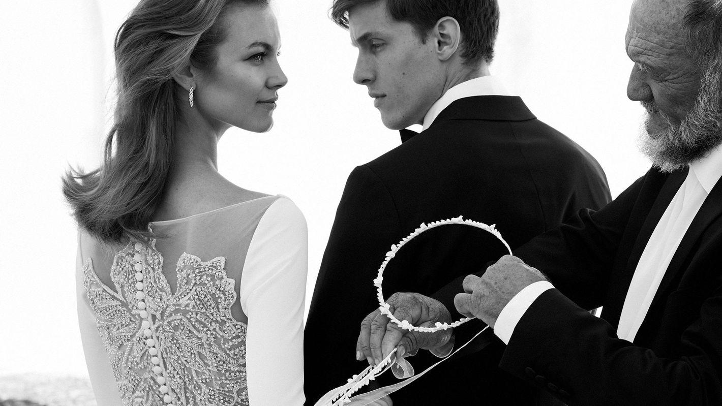 - Stile 8936: Abito da sposa a maniche lunghe in tessuto crêpe con trasparenze sul retro decorate con perline