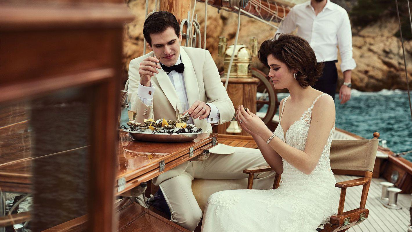 - Στυλ 88183: Δαντελένιο φόρεμα τύπου τρομπέτα με ουρά