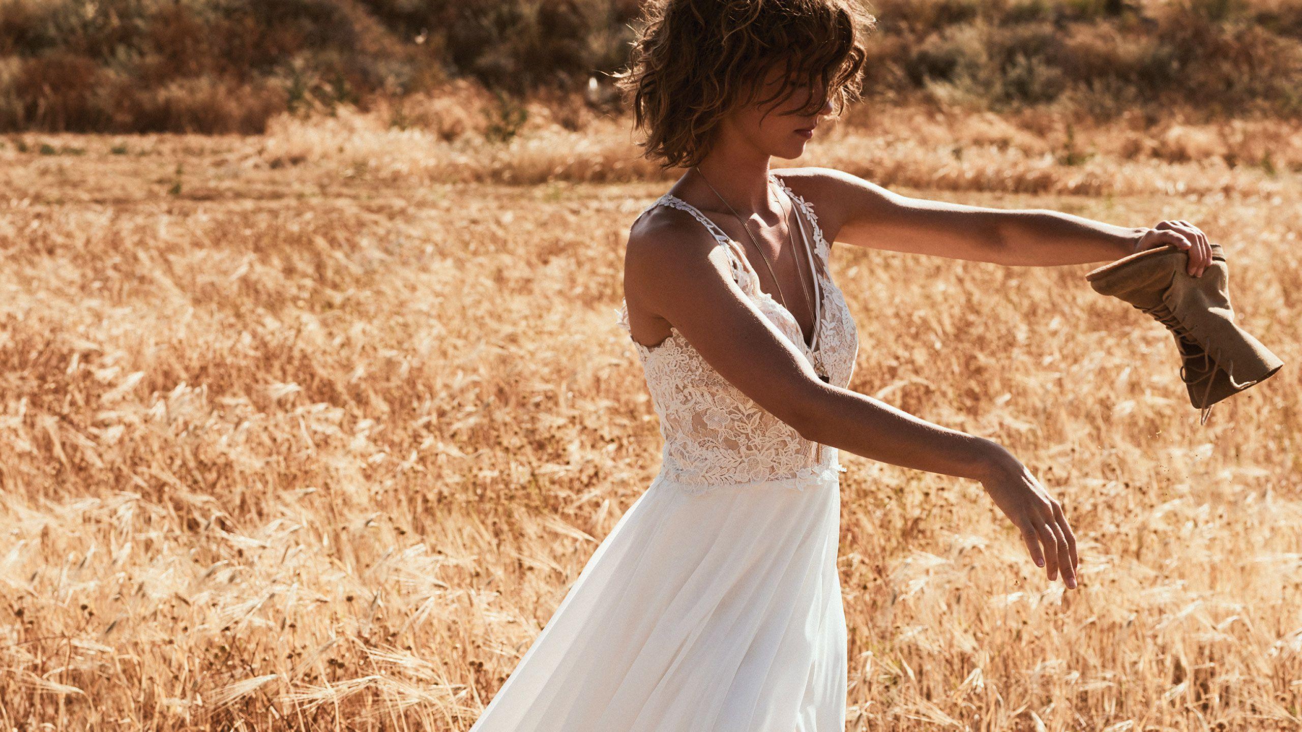 - Stile 6515: Abito da sposa a trapezio in chiffon con spalline incrociate sul retro e taglio alto