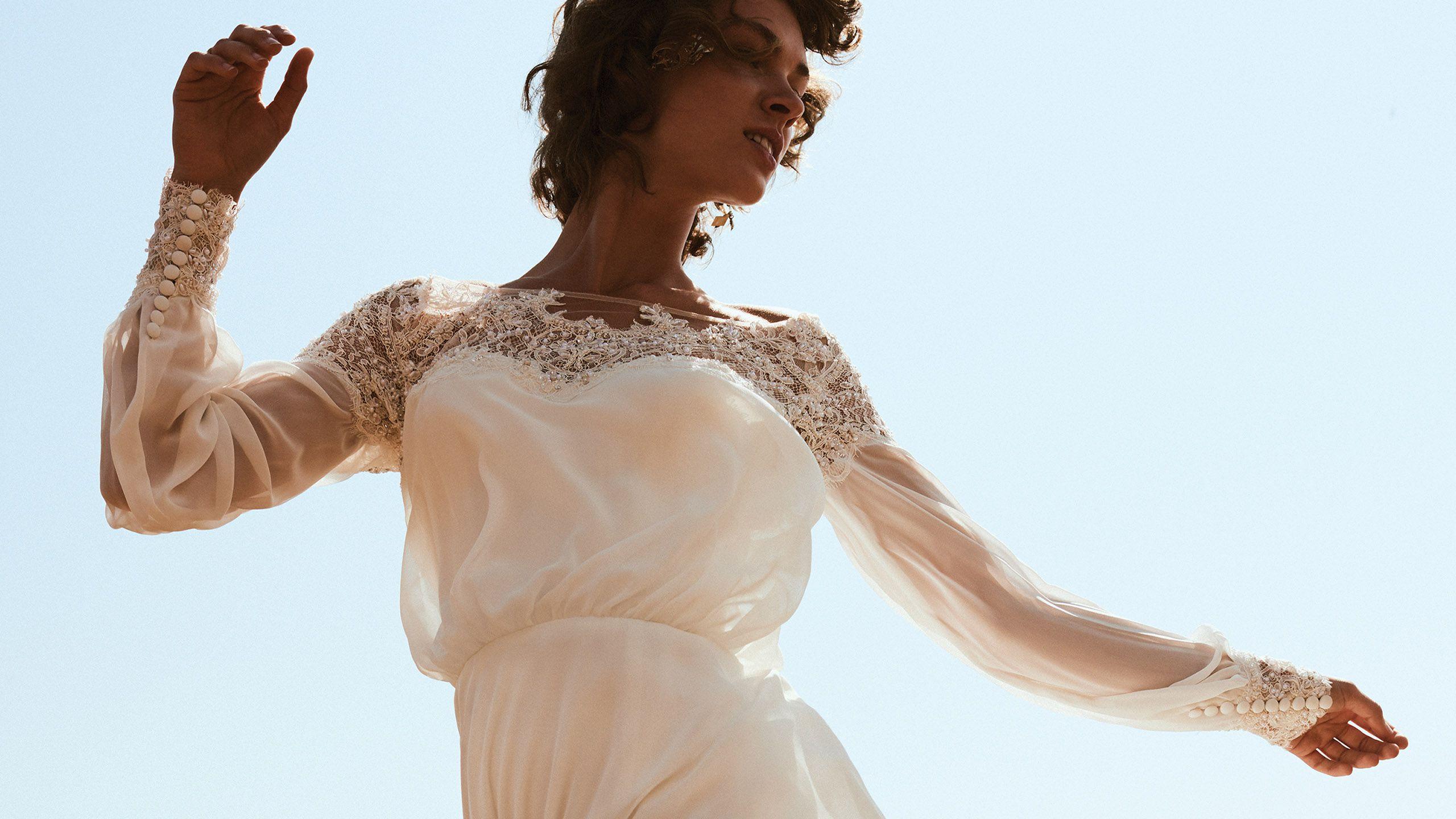 - Model 6476: Suknia z dekoltem hiszpańskim z bufiastym gorsetem i rękawkami